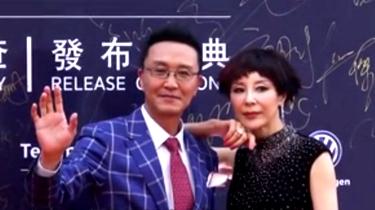 """一個賽一個皮!華鼎獎達康書記攜夫人領獎慶""""離婚一周年"""""""
