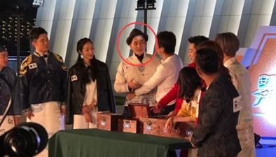 李晨錄制節目受傷 高拋學士帽存安全隱患?