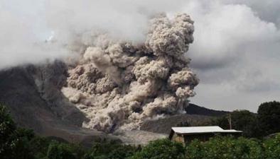 危地馬拉火山噴發:驚魂瞬間!火山灰吞沒警車