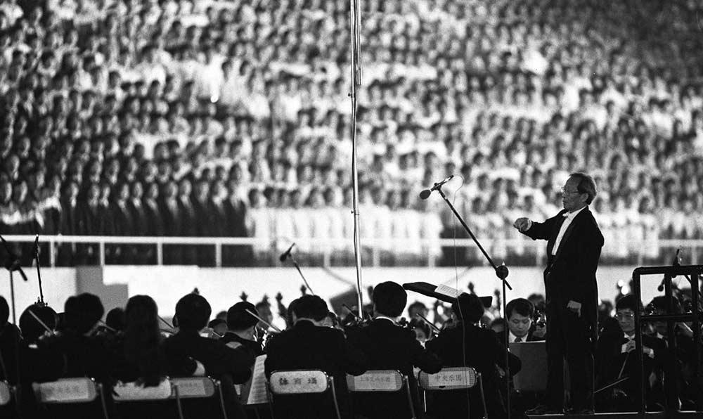 指揮家嚴良堃在開幕式上指揮萬人《黃河大合唱》。
