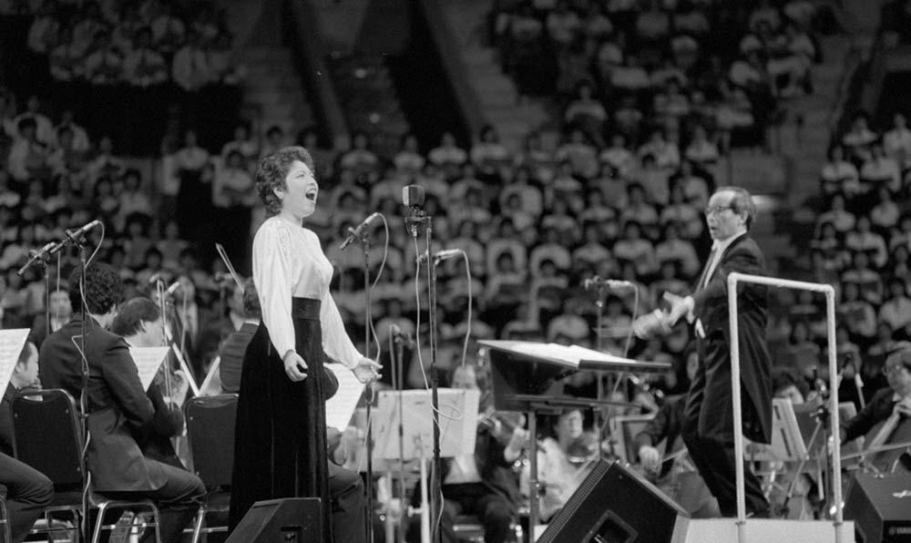 """女高音歌唱家汪燕燕在香港""""黃河音樂節""""上演唱《黃河怨》。"""