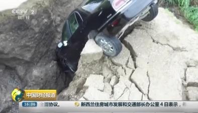 美國倫維爾縣:暴雨釀險情 少年駕車掉入水溝