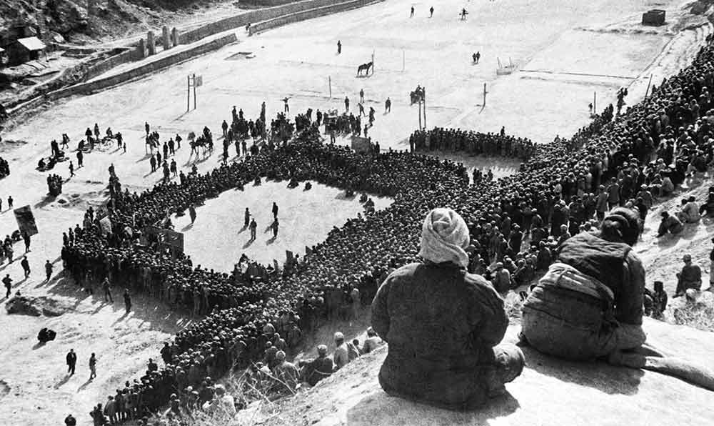 東北文代大會為慶祝斯大林70壽辰,由魯藝文工團演出黃河大合唱。