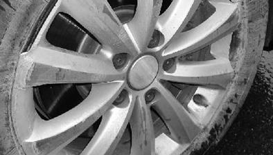 """突然""""飛來""""的鐵片:闖禍的竟是剎車輪轂碎片"""