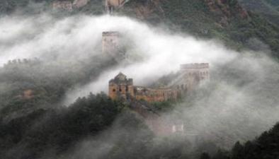河北承德:金山嶺長城雨後現雲海奇觀