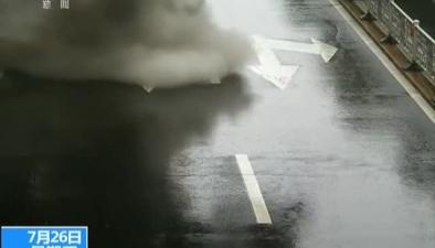 河北承德:汽車自燃 熱心市民雨中援救