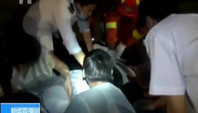 江蘇鹽城:女子騎車發生事故 眾人合力救援