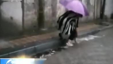 石家莊:風雨肆虐 街頭上演暖心一幕幕