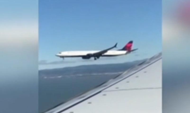 美國:兩架飛機並排飛行 同時降落