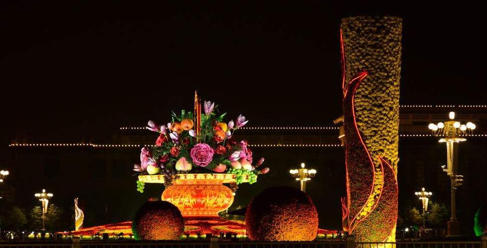 北京:璀璨國慶夜 歡樂祥和時巨型花籃裝扮天安門廣場
