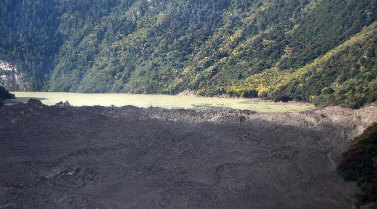 西藏:雅魯藏布江因滑坡形成堰塞湖
