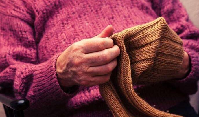 """昆明:均齡75歲""""毛衣奶奶""""編織隊 織毛衣送貧困生"""