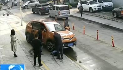 浙江杭州:女子被軋車底 眾人合力抬車救人