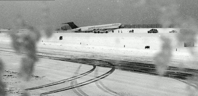 美國一架客機雪中迫降紐約機場衝出跑道