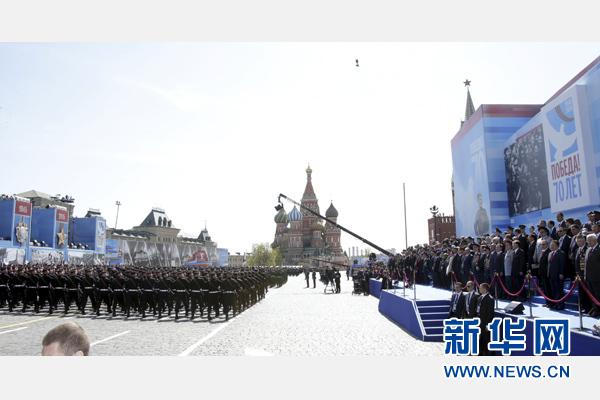 習近平和夫人彭麗媛同普京等領導人出席紅場閱兵儀式。新華社記者 鞠鵬 攝