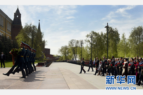 慶典結束後,習近平夫婦同其他代表團團長夫婦一起向無名烈士墓獻花。新華社記者 張鐸 攝