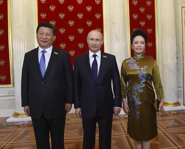 俄羅斯總統普京在克裏姆林宮迎接習近平和夫人彭麗媛。新華社記者 饒愛民 攝
