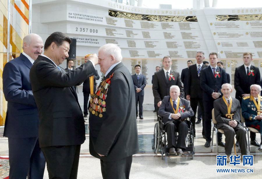 5月11日,國家主席習近平同白俄羅斯總統盧卡申科在明斯克衛國戰爭歷史博物館會見15名白俄羅斯第二次世界大戰老戰士代表。這是習近平向老戰士頒發紀念獎章。新華社記者 鞠鵬 攝