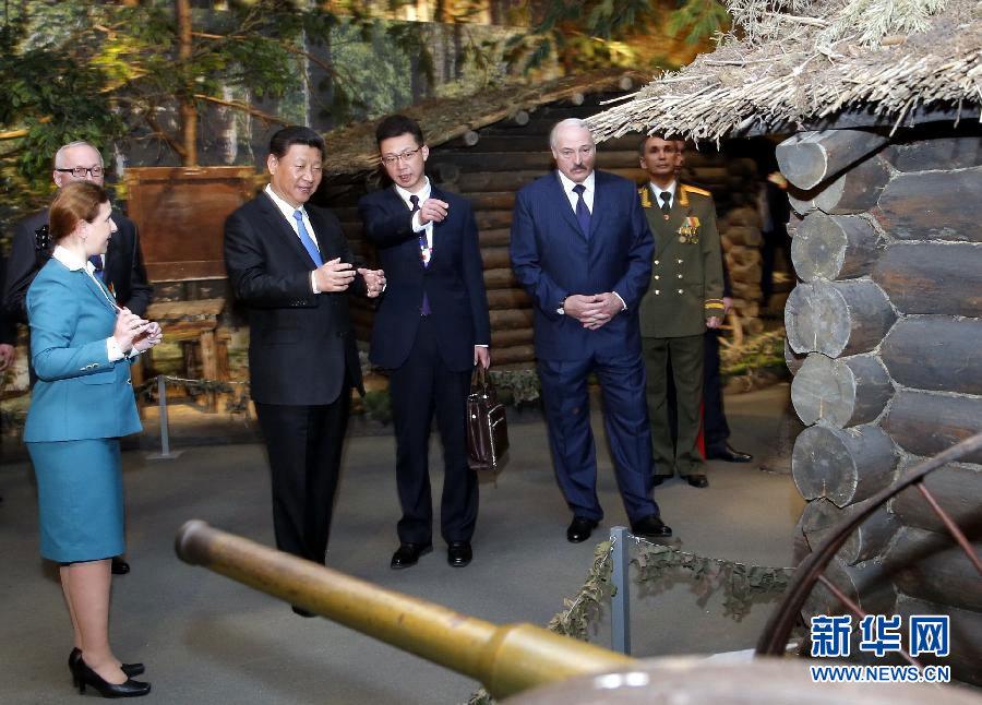 5月11日,國家主席習近平同白俄羅斯總統盧卡申科在明斯克衛國戰爭歷史博物館會見15名白俄羅斯第二次世界大戰老戰士代表。這是會見前,習近平同盧卡申科共同參觀衛國戰爭歷史博物館。新華社記者 鞠鵬 攝