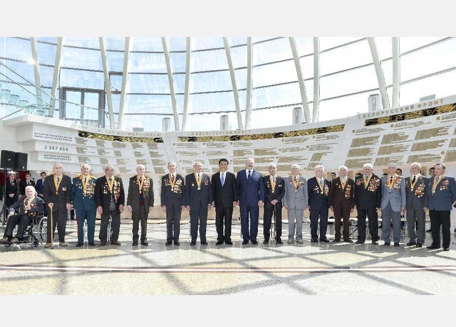 5月11日,國家主席習近平同白俄羅斯總統盧卡申科在明斯克衛國戰爭歷史博物館會見15名白俄羅斯第二次世界大戰老戰士代表。 新華社記者謝環馳 攝