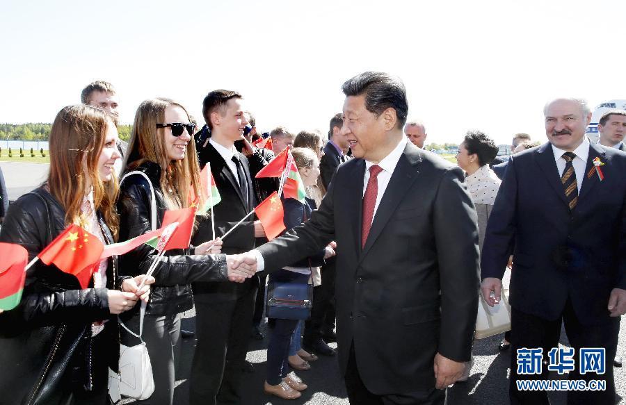 5月10日,國家主席習近平抵達白俄羅斯首都明斯克,開始對白俄羅斯進行國事訪問。這是習近平和夫人彭麗媛在機場同前來歡迎的白俄羅斯青年親切握手。新華社記者 鞠鵬 攝