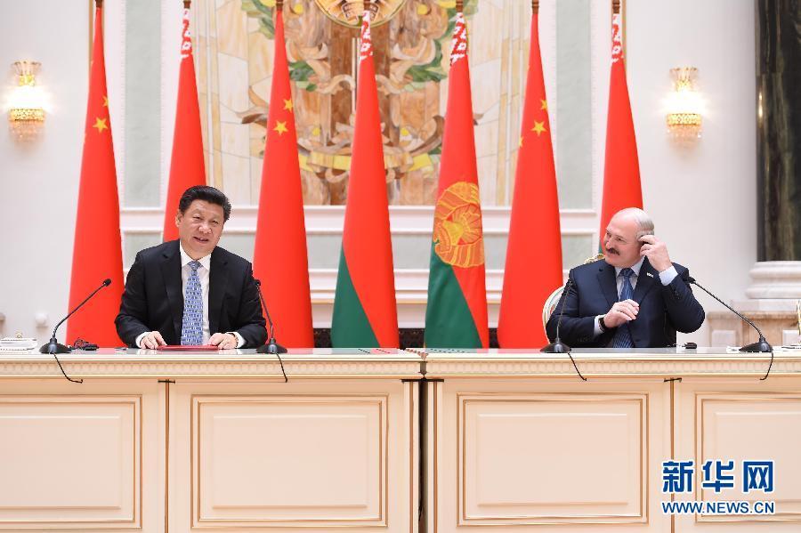 5月10日,國家主席習近平在明斯克同白俄羅斯總統盧卡申科舉行會談。這是會談後,習近平與盧卡申科共同會見記者。新華社記者謝環馳攝