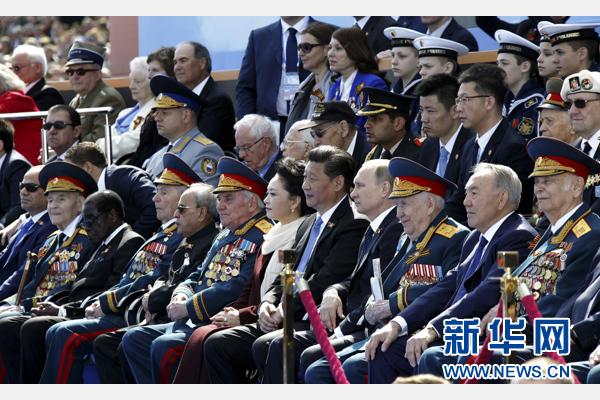 5月9日,俄羅斯舉行紀念衛國戰爭勝利70周年盛大慶典。國家主席習近平和來自世界約20個國家和地區及國際組織領導人出席慶典。這是習近平和夫人彭麗媛同普京等領導人出席紅場閱兵儀式。新華社記者 鞠鵬 攝