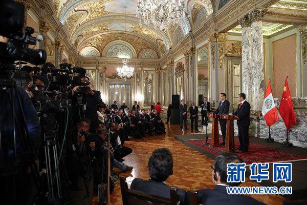 當地時間5月22日下午,國務院總理李克強在利馬同秘魯總統烏馬拉舉行會談後共同會見記者。 新華社記者 劉衛兵 攝