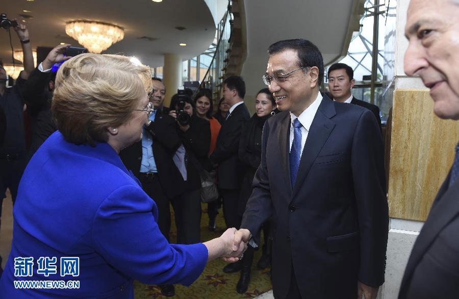 當地時間5月26日上午,國務院總理李克強在聖地亞哥下榻飯店與智利總統巴切萊特共同出席中智建交45周年經貿研討會暨中智企業家委員會第七次會議開幕式並分別致辭。新華社記者 張鐸 攝