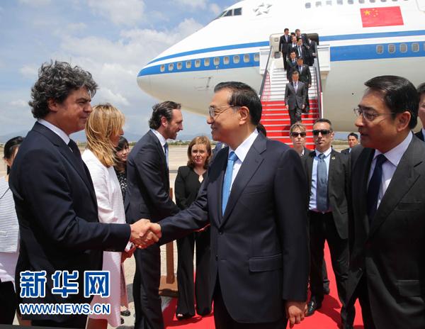 當地時間5月27日,國務院總理李克強在結束對拉美四國訪問乘專機回國途中,在西班牙馬略卡進行技術經停。 新華社記者 劉衛兵 攝