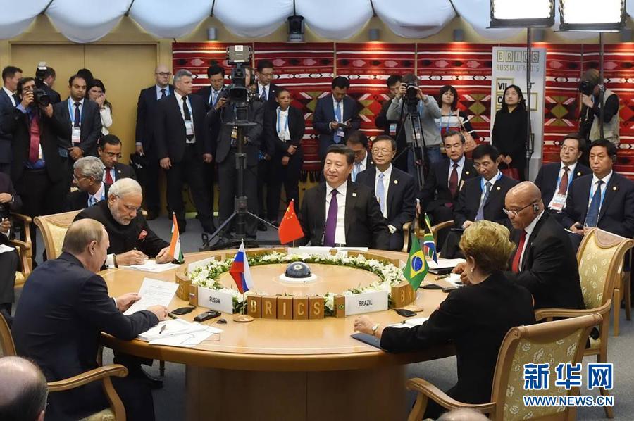 7月9日,金磚國家領導人第七次會晤在俄羅斯烏法舉行。中國國家主席習近平、俄羅斯總統普京、巴西總統羅塞夫、印度總理莫迪、南非總統祖馬出席會晤。這是習近平主席出席小范圍會議。新華社記者謝環馳攝