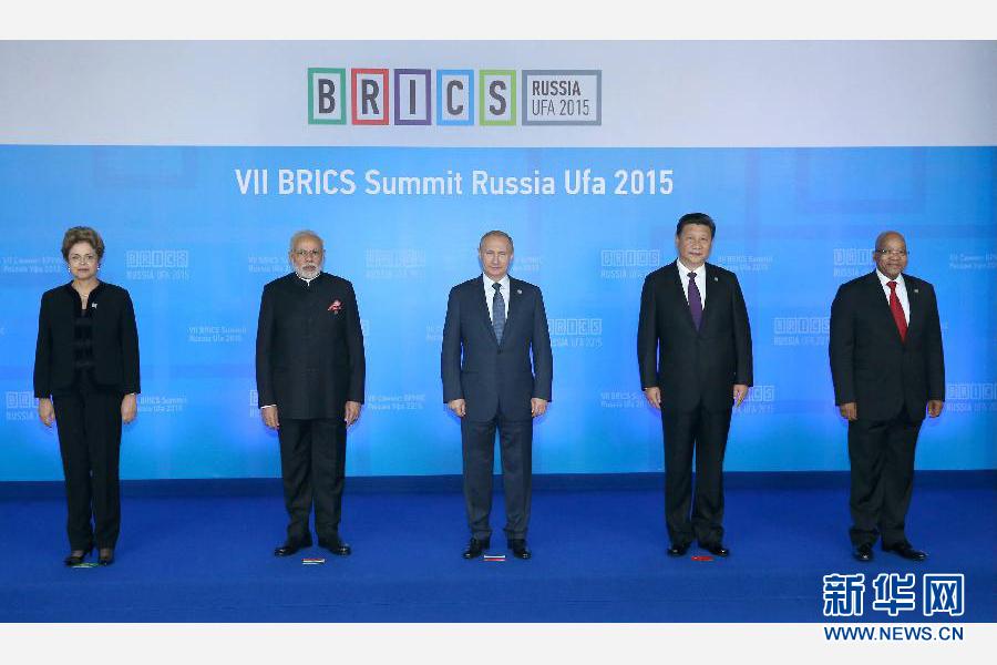 7月9日,金磚國家領導人第七次會晤在俄羅斯烏法舉行。中國國家主席習近平、俄羅斯總統普京、巴西總統羅塞夫、印度總理莫迪、南非總統祖馬出席。這是金磚國家領導人集體合影。新華社記者 龐興雷 攝