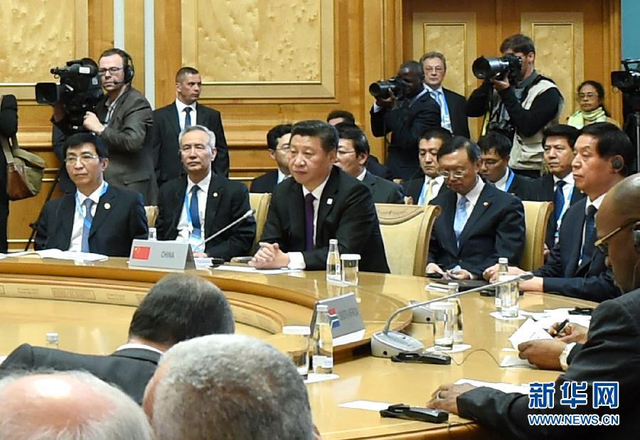 7月9日,金磚國家領導人第七次會晤在俄羅斯烏法舉行。中國國家主席習近平、俄羅斯總統普京、巴西總統羅塞夫、印度總理莫迪、南非總統祖馬出席。這是習近平主席出席大范圍會議。新華社記者 饒愛民 攝