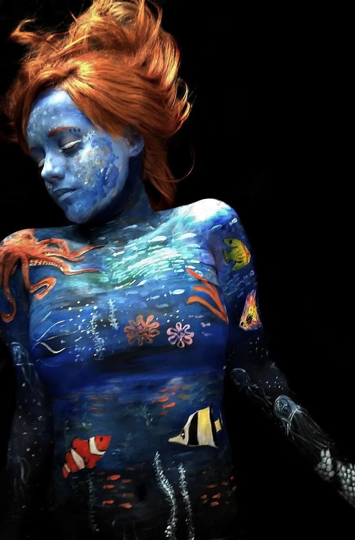 巴西女艺术家身体当画布 创作美轮美奂人体彩