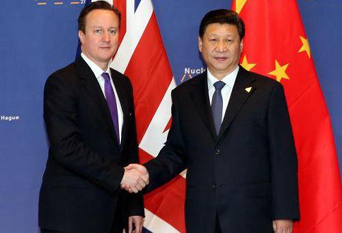 资料图片:2014年3月25日,中国国家主席习近平在荷兰会见英国首相