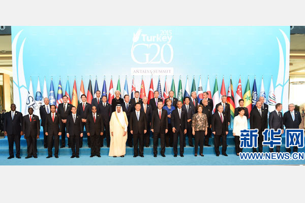 11月15日,二十國集團領導人第十次峰會在土耳其安塔利亞舉行。國家主席習近平出席並發表題為《創新增長路徑共享發展成果》的重要講話。這是習近平主席同與會領導人合影。 新華社記者 李學仁 攝