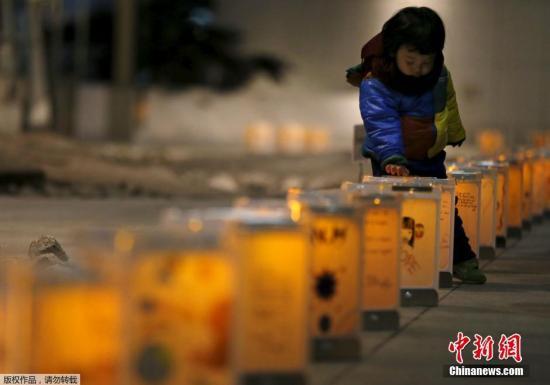 """当地时间3月10日,日本东京,,来自宫城县名取市的灯笼被点亮,纪念日本""""3·11""""大地震。"""