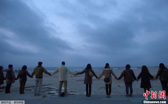 """2013年3月10日,""""3·11""""东日本大地震两周年前夕,大批民众回到灾区,祭拜亡灵,为逝者祈福。图为日本福岛县灾区。"""
