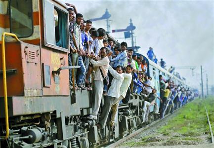 在印度洛尼,乘客搭乘一列超载的火车出行. 新华社/路透图片