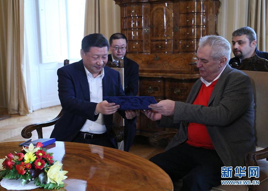 當地時間3月28日,國家主席習近平在布拉格拉尼莊園同捷克總統澤曼舉行會晤。新華社記者 蘭紅光 攝