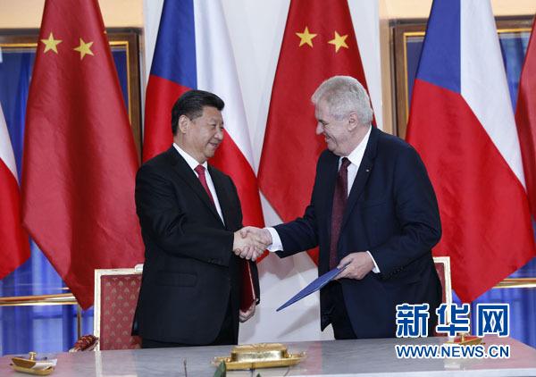 3月29日,國家主席習近平在布拉格同捷克總統澤曼舉行會談。會談後,兩國元首共同簽署《中華人民共和國和捷克共和國關于建立戰略夥伴關係的聯合聲明》。新華社記者 鞠鵬 攝