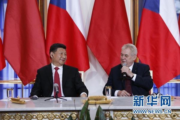 3月29日,國家主席習近平在布拉格同捷克總統澤曼舉行會談。會談後,習近平和澤曼共同會見記者。 新華社記者 鞠鵬 攝