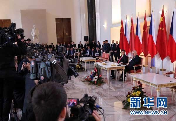 3月29日,國家主席習近平在布拉格同捷克總統澤曼舉行會談。會談後,習近平和澤曼共同會見記者。 新華社記者 劉衛兵 攝