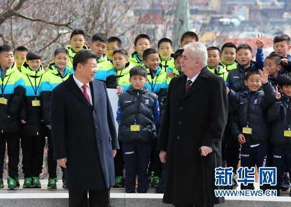 3月29日,國家主席習近平在布拉格同捷克總統澤曼舉行會談。會談後,兩國元首共同會見中捷冰球、足球少年運動員。 新華社記者 龐興雷 攝