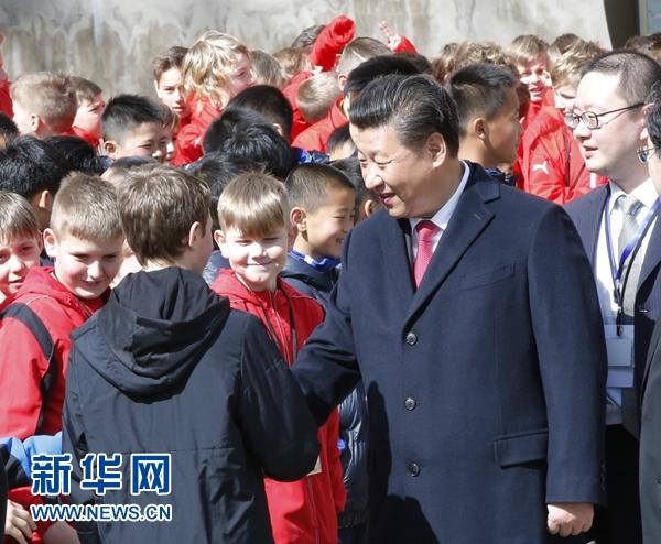 3月29日,國家主席習近平在布拉格同捷克總統澤曼舉行會談。會談後,兩國元首共同會見中捷冰球、足球少年運動員。 新華社記者 鞠鵬 攝