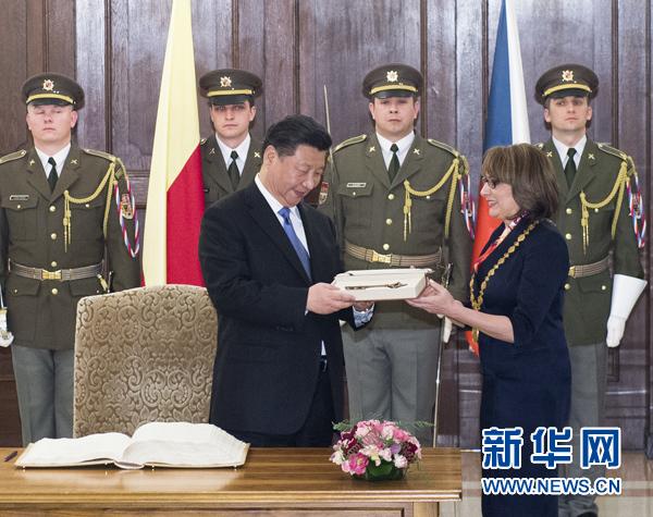 當地時間3月29日,國家主席習近平在捷克布拉格會見布拉格市長科爾娜喬娃,並接受科爾娜喬娃代表該市贈予的城市鑰匙。 新華社記者 王曄 攝