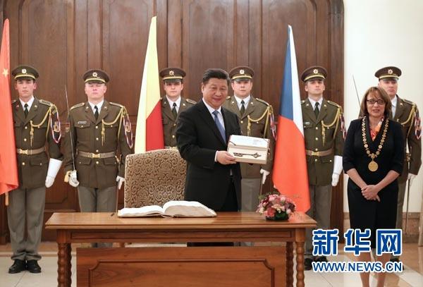 當地時間3月29日,國家主席習近平在捷克布拉格會見布拉格市長科爾娜喬娃,並接受科爾娜喬娃代表該市贈予的城市鑰匙。 新華社記者 龐興雷攝