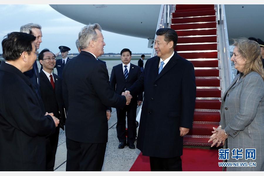 3月30日,國家主席習近平抵達美國首都華盛頓,應美國總統奧巴馬邀請,出席第四屆核安全峰會。美國政府高級官員到機場迎接習近平。 新華社記者 鞠鵬 攝