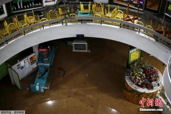 商场的地面已经完全被洪水掩盖。