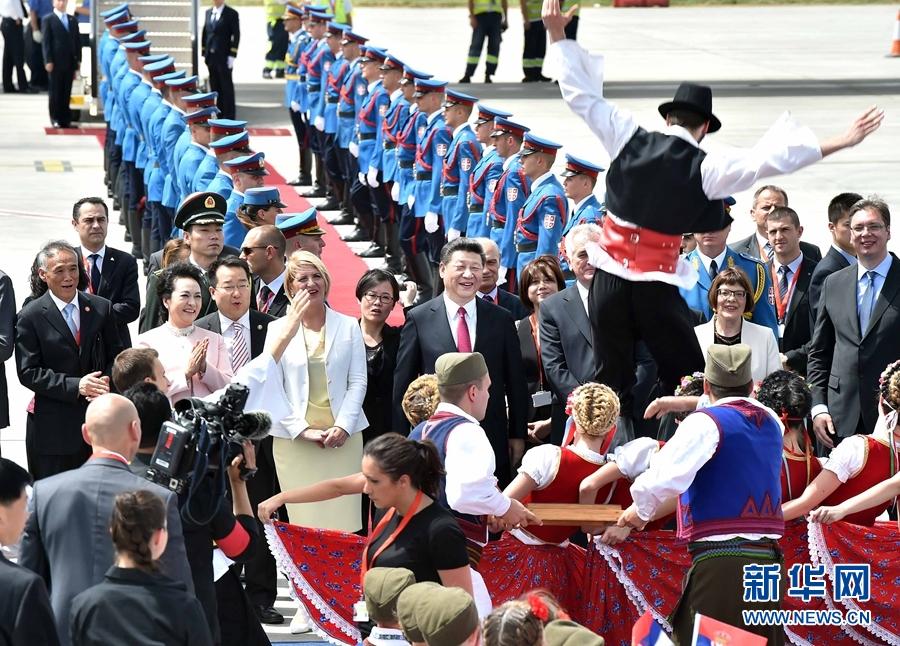 6月17日,國家主席習近平乘專機抵達貝爾格萊德,開始對塞爾維亞共和國進行國事訪問。塞爾維亞民眾跳起歡快熱情的傳統舞蹈科羅舞熱烈歡迎習近平和夫人彭麗媛到訪。新華社記者 李濤 攝